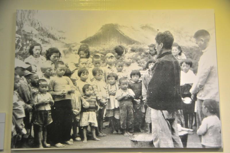 早年的台灣小孩普遍營養不良,門諾會在花蓮偏鄉部落設置牛奶站,孩子們每天上學前可領到一杯牛奶,前後十多年照顧約二萬個小朋友,圖為等候領牛奶的孩子。(資料照,記者花孟璟翻攝)