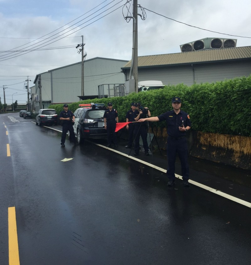 為遏止民眾超速,霧峰分局在大里草堤路以雷射槍取締超速,2個小時就抓到6起超速違規。(記者陳建志翻攝)