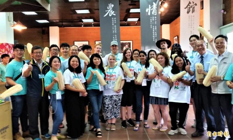 農委會邀請11名來自國外的草根大使,到彰化縣二水鄉體驗水田生態文化。(記者陳冠備攝)