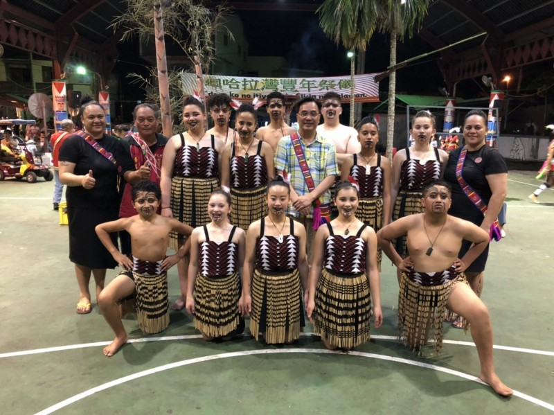 紐西蘭北島毛利族NgātiManu部落青年來台參加阿美族哈拉灣部落豐年祭,原民會主委Icyang Parod(中排右四)特別到部落一起參加。(申姓民眾提供)