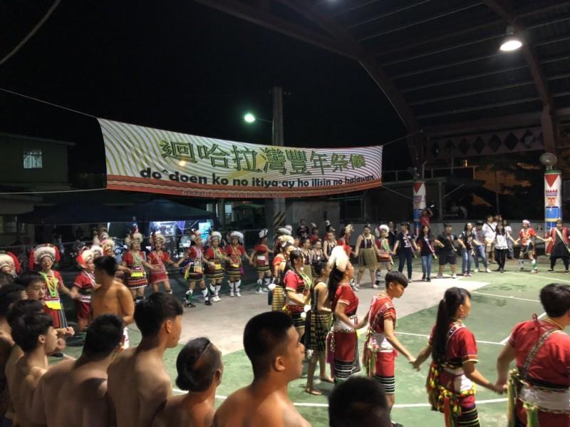 哈拉灣部落豐年祭的牽小姐活動,邀請紐西蘭毛利青年一起加入手牽手跳舞。(申姓民眾提供)