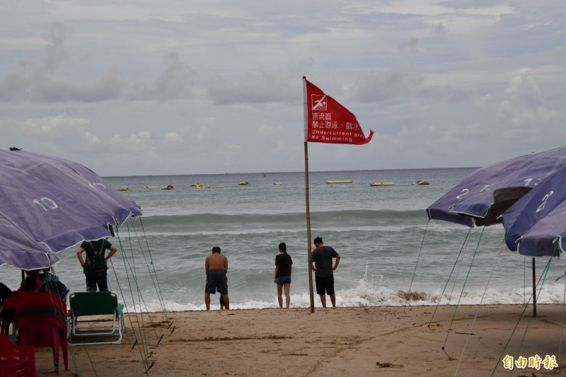 八月起海邊大浪紅旗幾乎天天插著。(記者蔡宗憲攝)