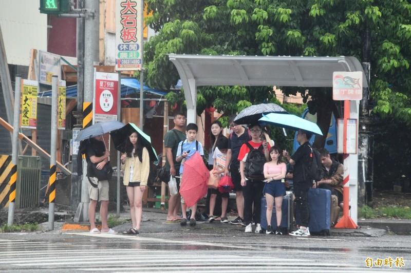 壞天氣讓遊客也不方便。(記者蔡宗憲攝)