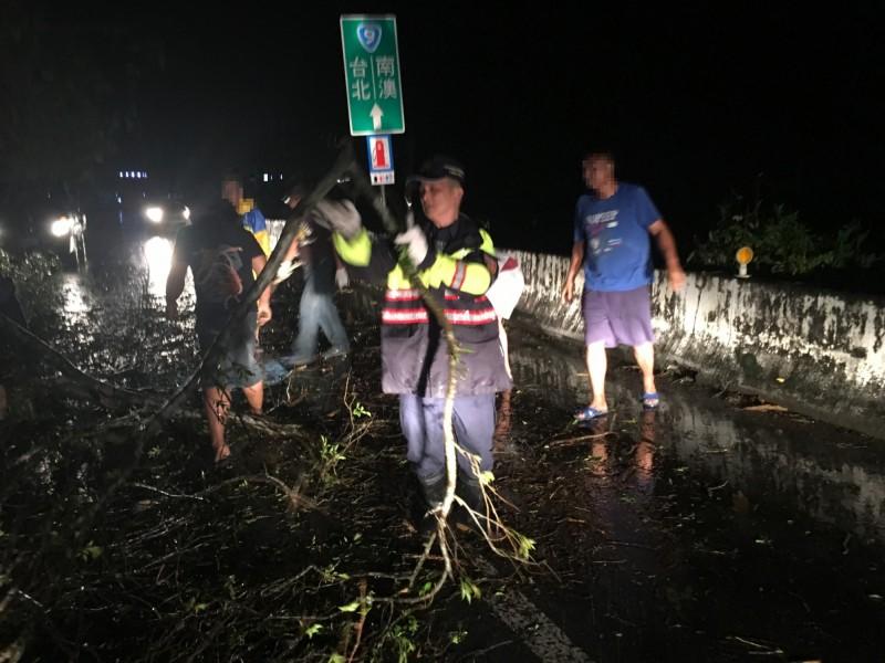 警方及公路總局人員合力清除倒塌的路樹。(記者江志雄翻攝)