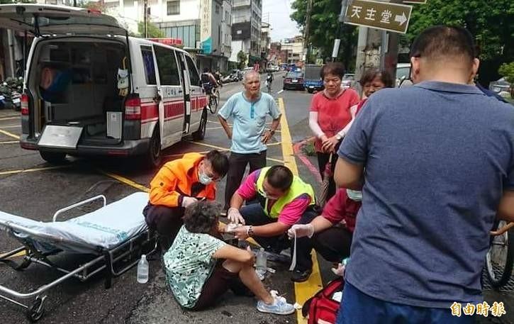 南投縣消防人員就在竹山鎮前山路跌倒摔傷的阿嬤進行救護。(記者謝介裕攝)