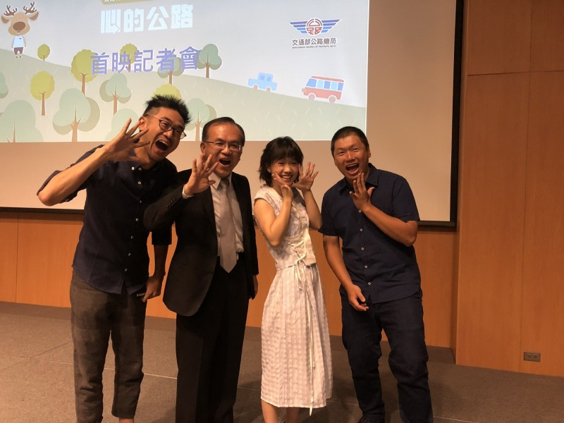 微電影《心的公路》製作團隊、演員嚴正嵐(右二)及公路總局局長陳彥伯(左二)。(圖由公路總局提供)
