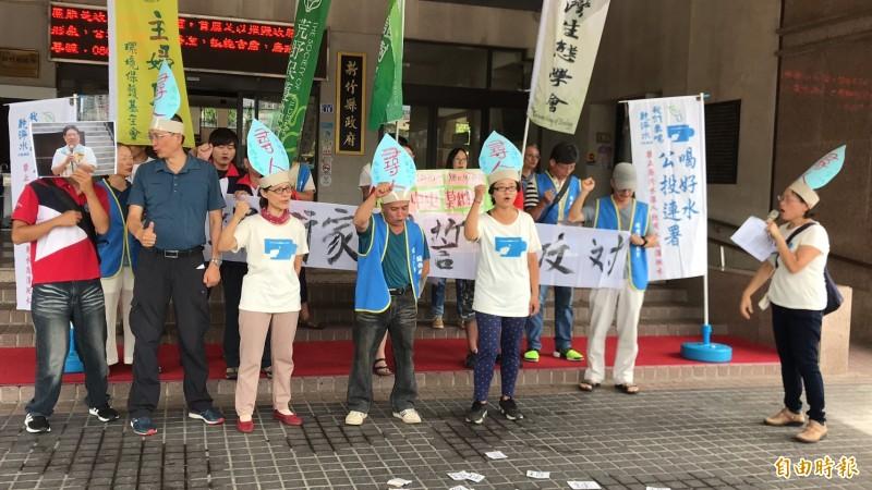 爭取喝好水的團保團體,用行動劇表現他們2年多來4次到縣府尋找縣長楊文科(左)的無奈。(記者黃美珠攝)