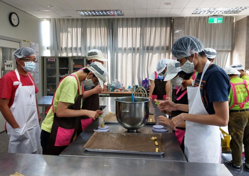 台南已開辦5處「身障者社區式日間照顧服務」據點,服務對象為18歲至64歲身心障礙者。(南市社會局提供)