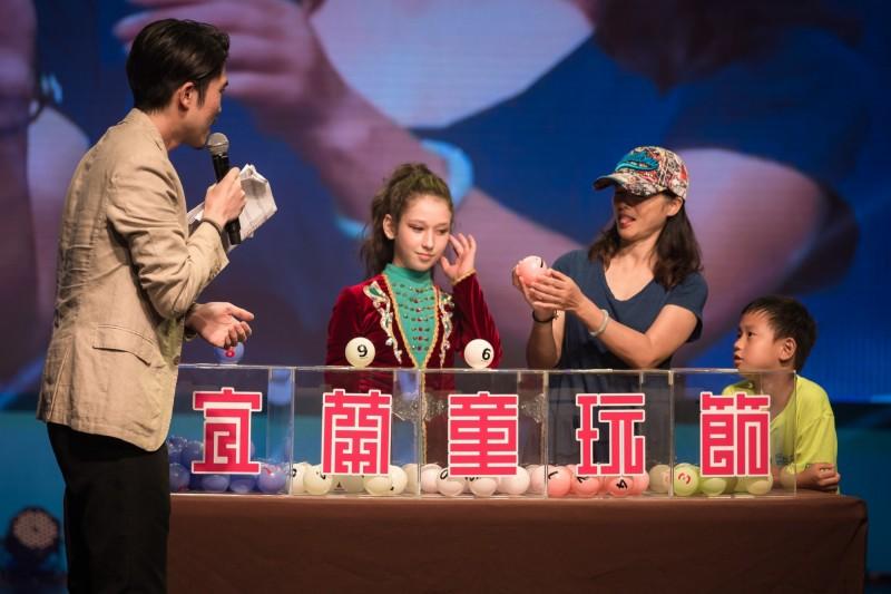 宜蘭童玩節昨晚舉辦閉幕式,抽出童玩特別獎。(記者江志雄翻攝)