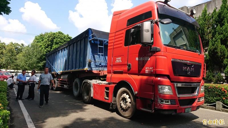 雲林拍賣這輛號稱變型金鋼的營業貨運曳引車再減價50萬,盼能順利拍出。(記者廖淑玲攝)