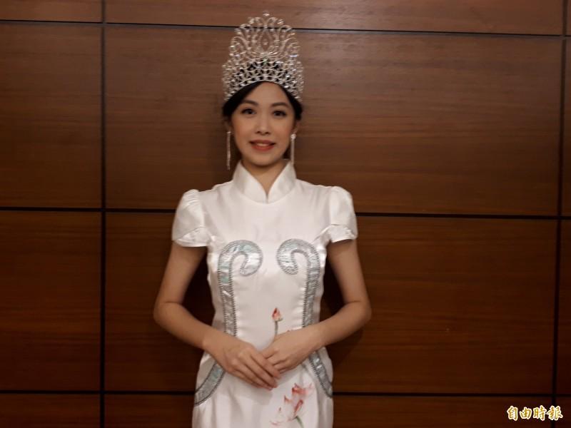 全球城市小姐選拔后冠是今年才16歲,來自新竹市光復中學高二學生柯純心,她今天回學校,感謝師長外,也希望能衝高網路人氣,繼續挑戰10月和11月的最後決賽。(記者洪美秀攝)