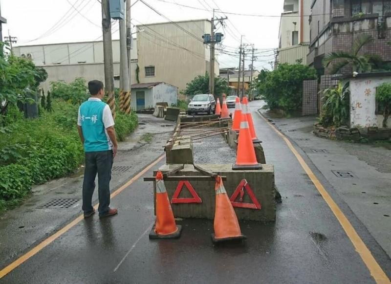 屏東市一地主因不滿土地成既有巷道,竟在道路中央灌水泥禁止通行。(記者葉永騫翻攝)