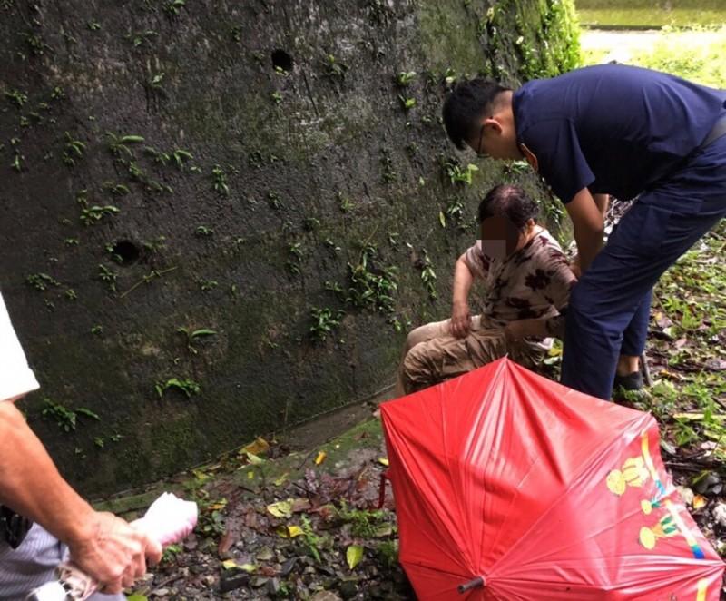 員警發現何婦坐在山溝,全身濕透。(記者歐素美翻攝)