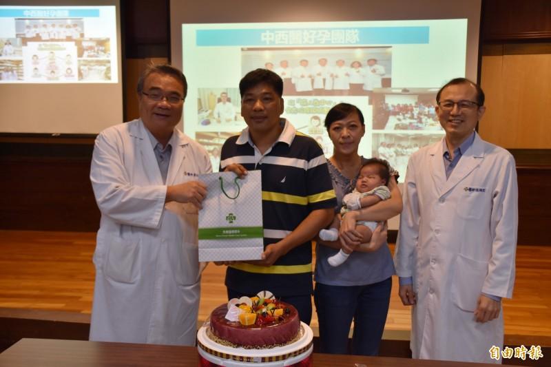 陳太太與先生(中)求子12年,經過台南市立醫院中醫部主任張烱宏醫師(左)調理4個月終於產子。(記者王捷攝)