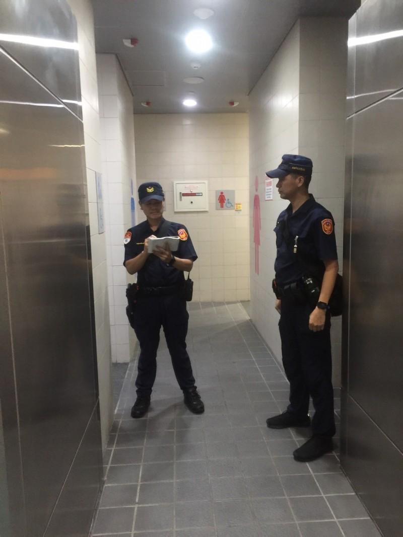 高雄捷警清查左營站廁所,並無雙殺國瑜貼紙。(記者王榮祥翻攝)