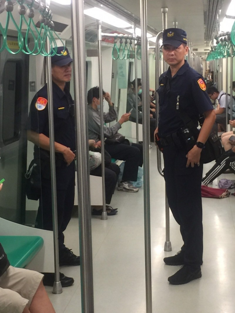 高雄捷警加強巡邏站體與車廂,呼籲乘客勿違法張貼物品,以免受罰。(記者王榮祥翻攝)