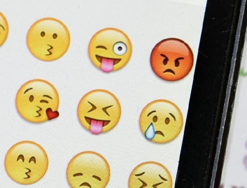 美國最新研究指出,傳簡訊息使用較多「表情符號」的人,通常比較擅於社交連結,擁有更多潛在約會對象,同時也享受更多性愛。(法新社)