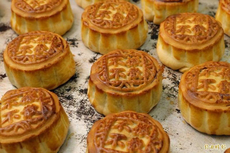 香港華爾登餅店推出「反送中月餅」,餅面上印有「不撤不散」等口號。(美聯社)
