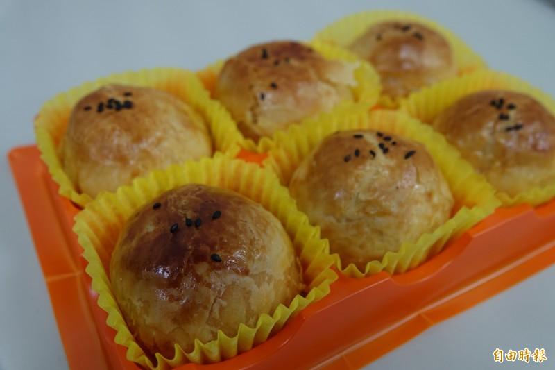 鹿港頂番婆「新口味」的蛋黃酥也是代購、團購的名店。(記者劉曉欣攝)