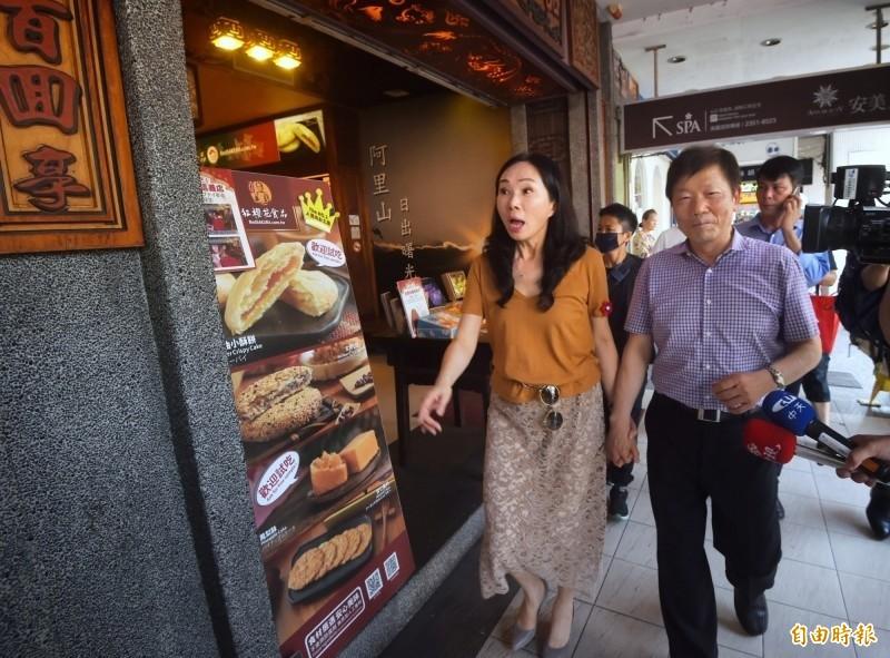 李佳芬走訪台北市永康商圈,過程中與永康商圈協進會理事長李慶隆十指緊扣,引發熱議。(資料照)
