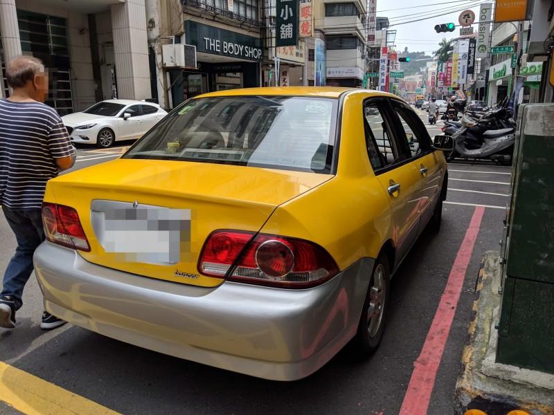民眾將自家轎車車身漆成黃色偽裝計程車違規載客,被彰化監理站查獲。(記者湯世名翻攝)