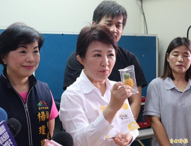 盧秀燕行銷神岡區鳳梨酥等農特產品,對於是否出任韓國瑜台中競選總部主委,還是「賣關子」。(記者歐素美攝)