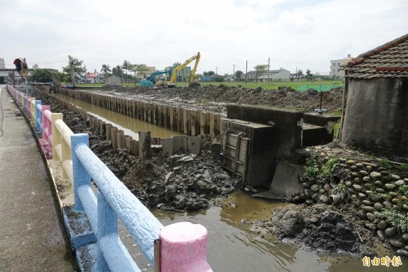鹿港牛路溝堤岸改善工程才剛施工,打下鋼板樁,緊鄰民宅就出現地層下陷。(記者劉曉欣攝)