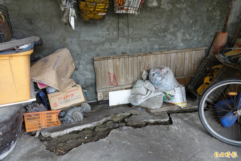 牛路溝堤岸改善工程才剛施工,緊鄰的民宅就出現地層下陷。(記者劉曉欣攝)