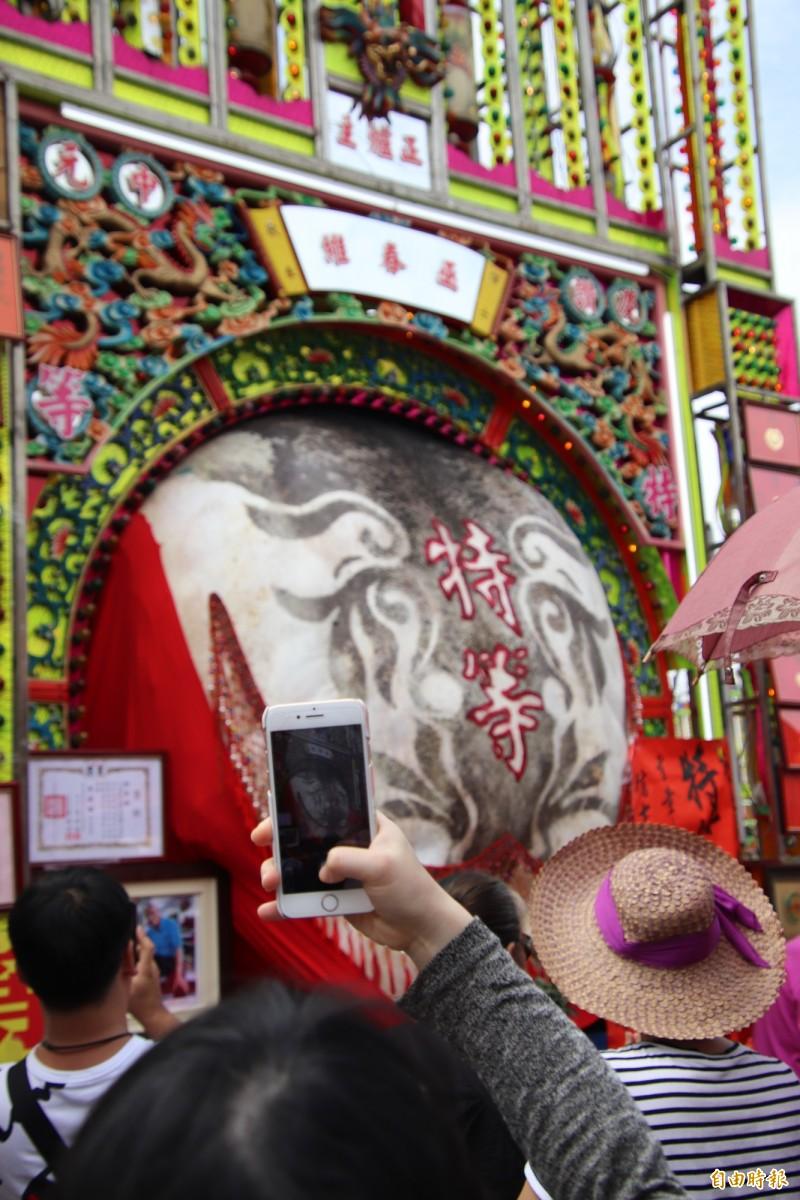 新竹縣地方文史工作者黃有福說,特等獎神豬公定價格就是100萬,是頭等以下的2倍多。(記者黃美珠攝)