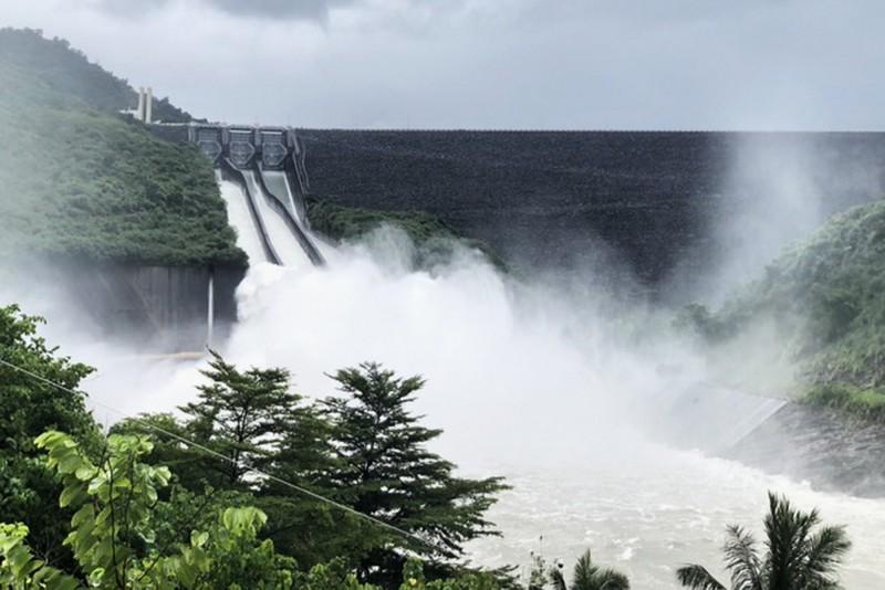 因集水區降雨明顯,曾文水庫開啟閘門洩洪。(記者吳俊鋒翻攝)
