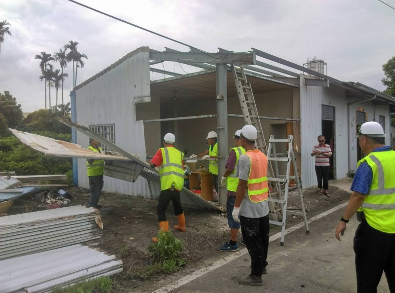 現場工作人員把鐵皮屋拆到片甲不留。(記者陳冠備翻攝)