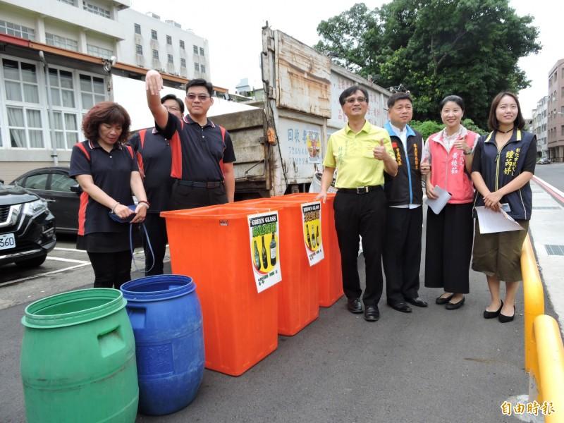 彰化市將試辦夜間定時、定點收運垃圾措施,市長林世賢(穿黃衣者)希望民眾多加配合,以解決上班族無法在日間倒垃圾等問題。(記者林良哲攝)