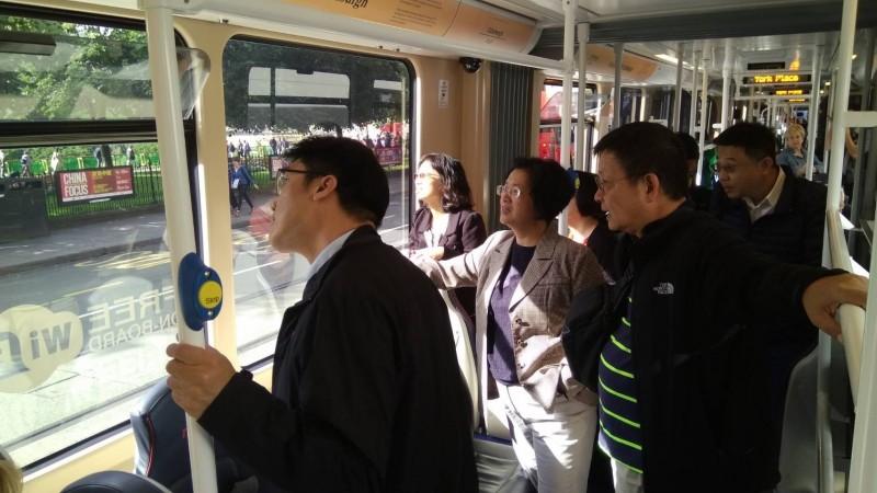 王惠美(中)搭英國輕軌,考察當地交通。(圖縣府提供)