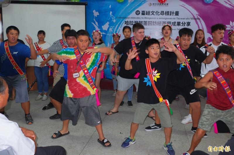 紐西蘭毛利族部落、玉里哈拉灣部落青年一起同台跳毛利族haka戰舞。(記者花孟璟攝)