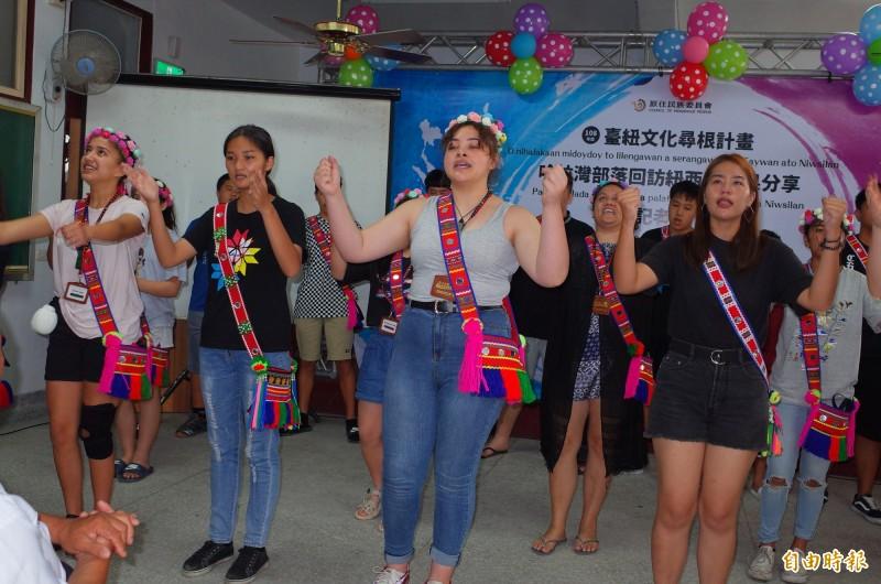 紐西蘭毛利族部落與玉里哈拉灣部落女孩手牽手跳著舞,感受家人間心意相通的感情。(記者花孟璟攝)