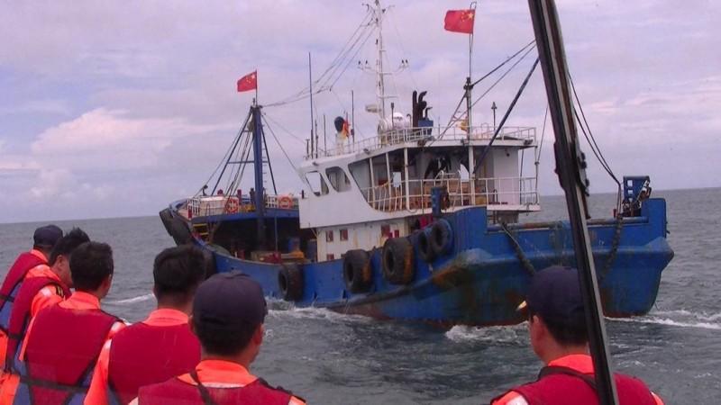 澎湖海巡隊超前部署,在七美海域查獲中國油料補給船。(澎湖海巡隊提供)