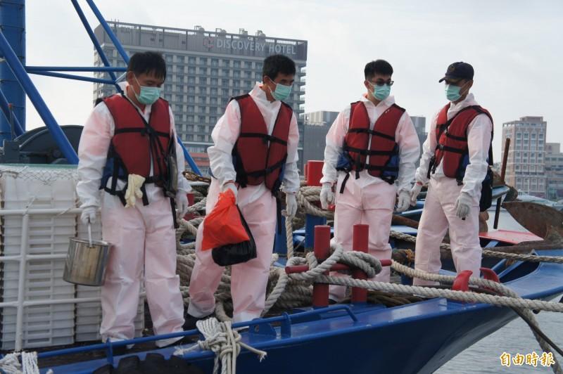 由於中國是非洲豬瘟疫區,澎湖海巡隊員全副武裝將豬肉帶回岸邊。(記者劉禹慶攝)