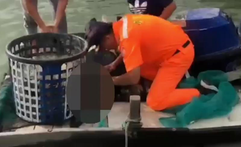 海巡人員尋獲落水漁民,進行急救。(記者林宜樟翻攝)