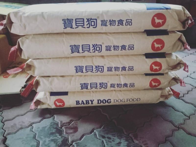 昨天有熱心民眾捐贈大批狗飼料,將交給老翁餵食剩餘的2、30隻流浪狗。(記者湯世名翻攝)