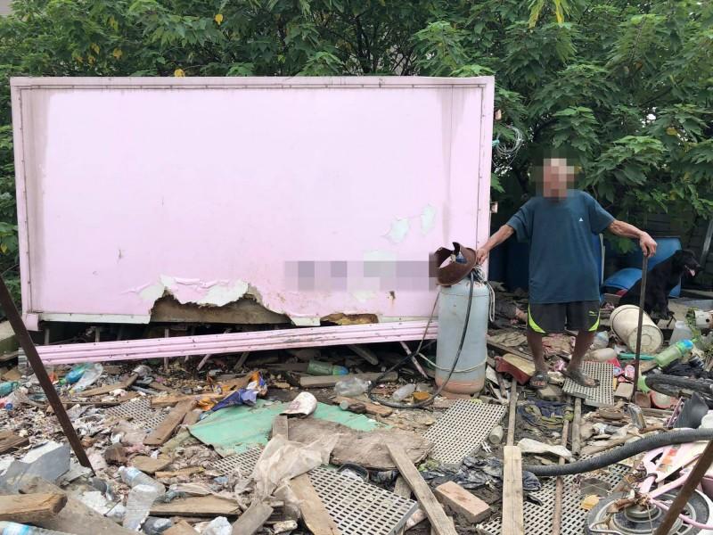 老翁居住的小貨櫃殘破不堪,縣議員賴清美發起募集行動,為老翁找個居住處。(記者湯世名翻攝)