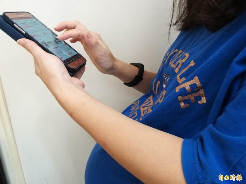 眼科醫師陳瑩山表示,台灣已出現一種「新三高」—高齡產婦、高度近視、以及使用3C產品的高用眼過度,對眼睛的傷害很大。圖為示意圖,圖中人物與夲新聞無關。(記者廖雪茹攝)
