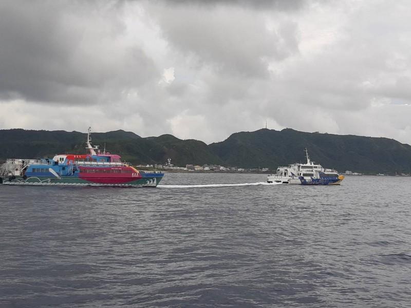 綠島交通船天王星號又出狀況,在海上失去動力,最後由另艘交通船拖回南寮漁港。(記者王秀亭翻攝)