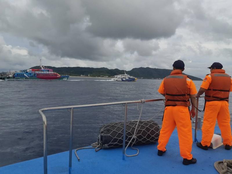 綠島交通船天王星在海上失去動力,由凱旋一號協助拖回,海巡巡防艇在旁戒備。(記者王秀亭翻攝)
