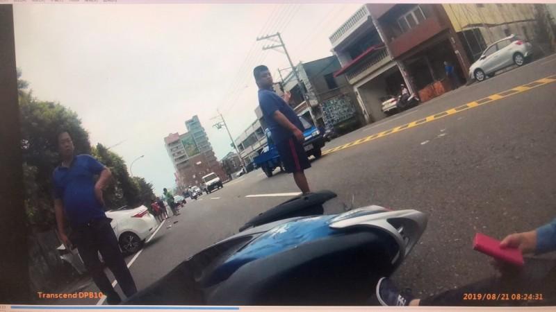 男子駕車恍神衝對向車道,逆向擦撞機車再撞牆。(記者李容萍翻攝)