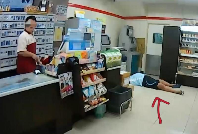 男子在超商昏倒仰躺(紅色箭頭處)送醫不治,八年級年輕女管區好眼力 ,幫轄內無名屍找到回家的路。(民眾提供)