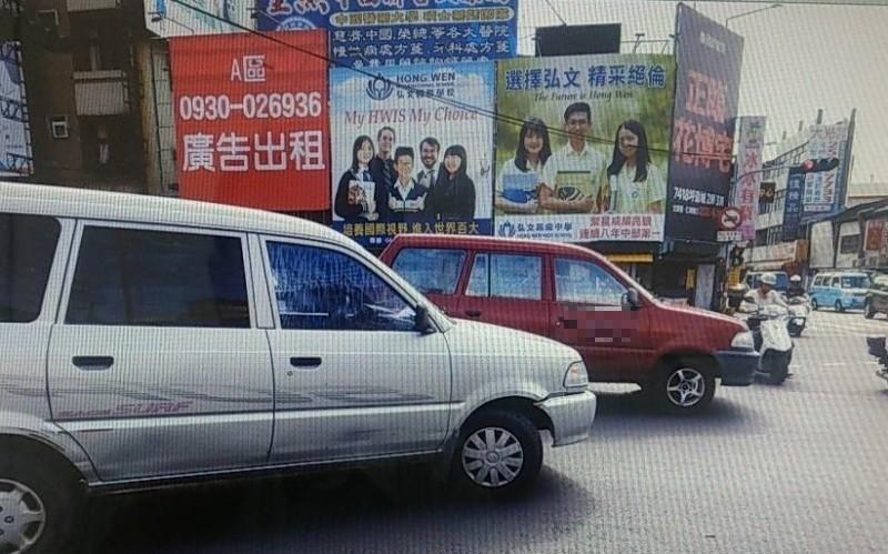 銀色小客車為閃避電動代步車,撞上紅色小客車。(記者歐素美翻攝)