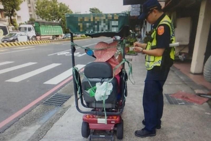 警方攔下駕駛電動代步車的連婦開罰。(記者歐素美翻攝)