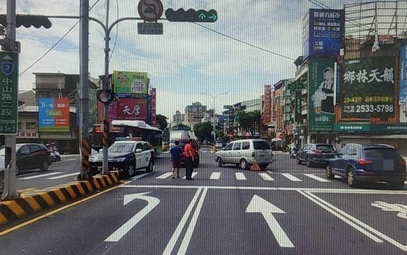 車禍發生在潭子區中山路與雅潭路口。(記者歐素美翻攝)