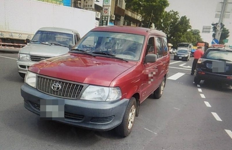 銀色車為閃避電動代步車而撞上紅色車。(記者歐素美翻攝)