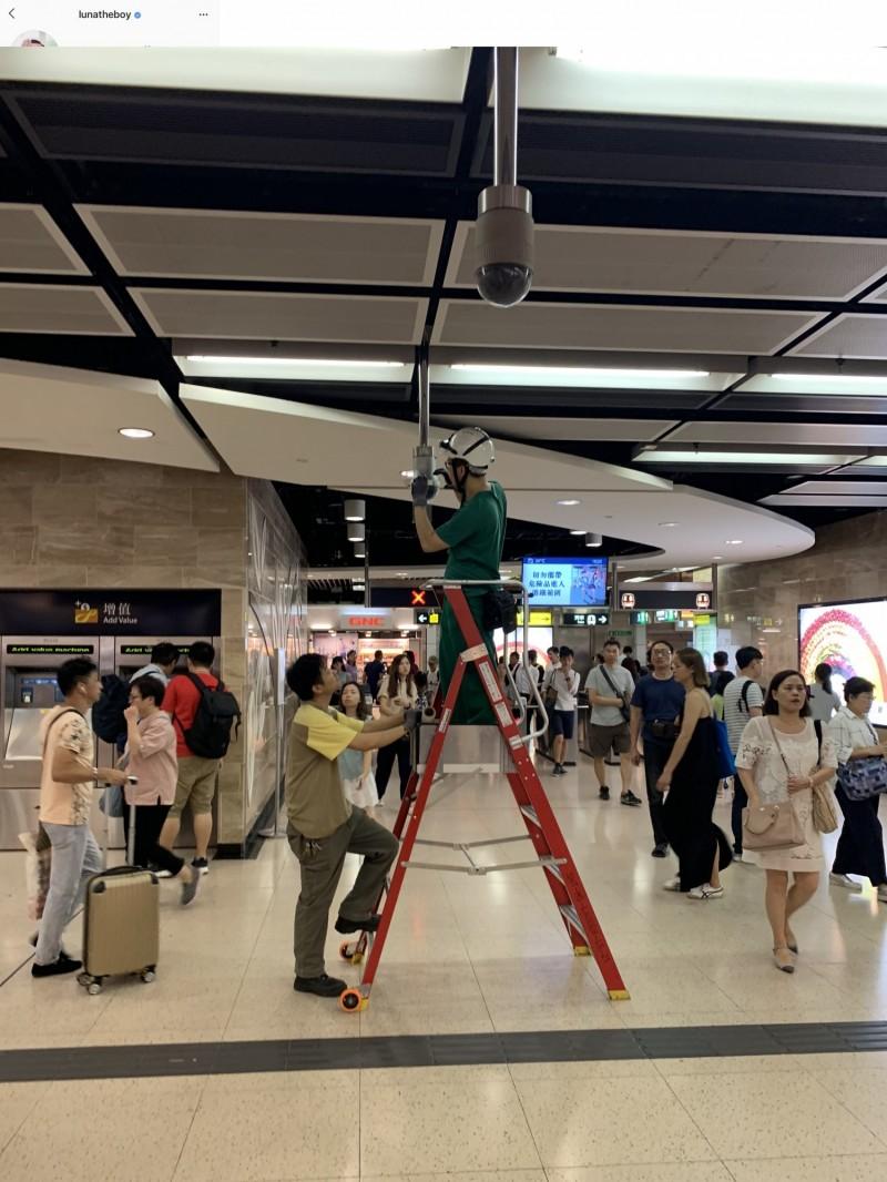 港府21日派出人手在各地鐵站加裝人臉辨識監視器。(翻攝自香港連登討論區)